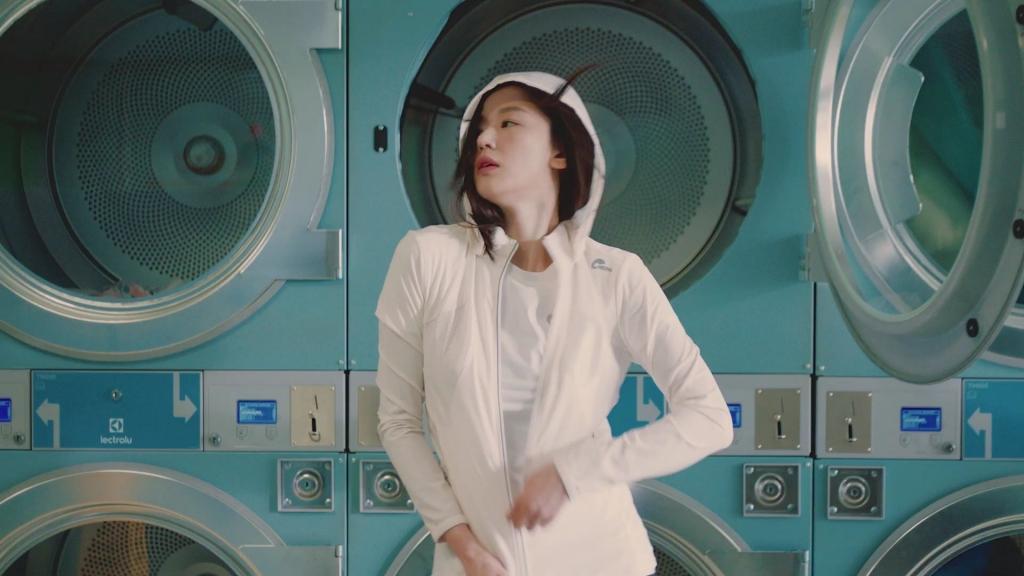 일렉트로룩스 세탁기 옆 매력 폭발 전지현 사진입니다.