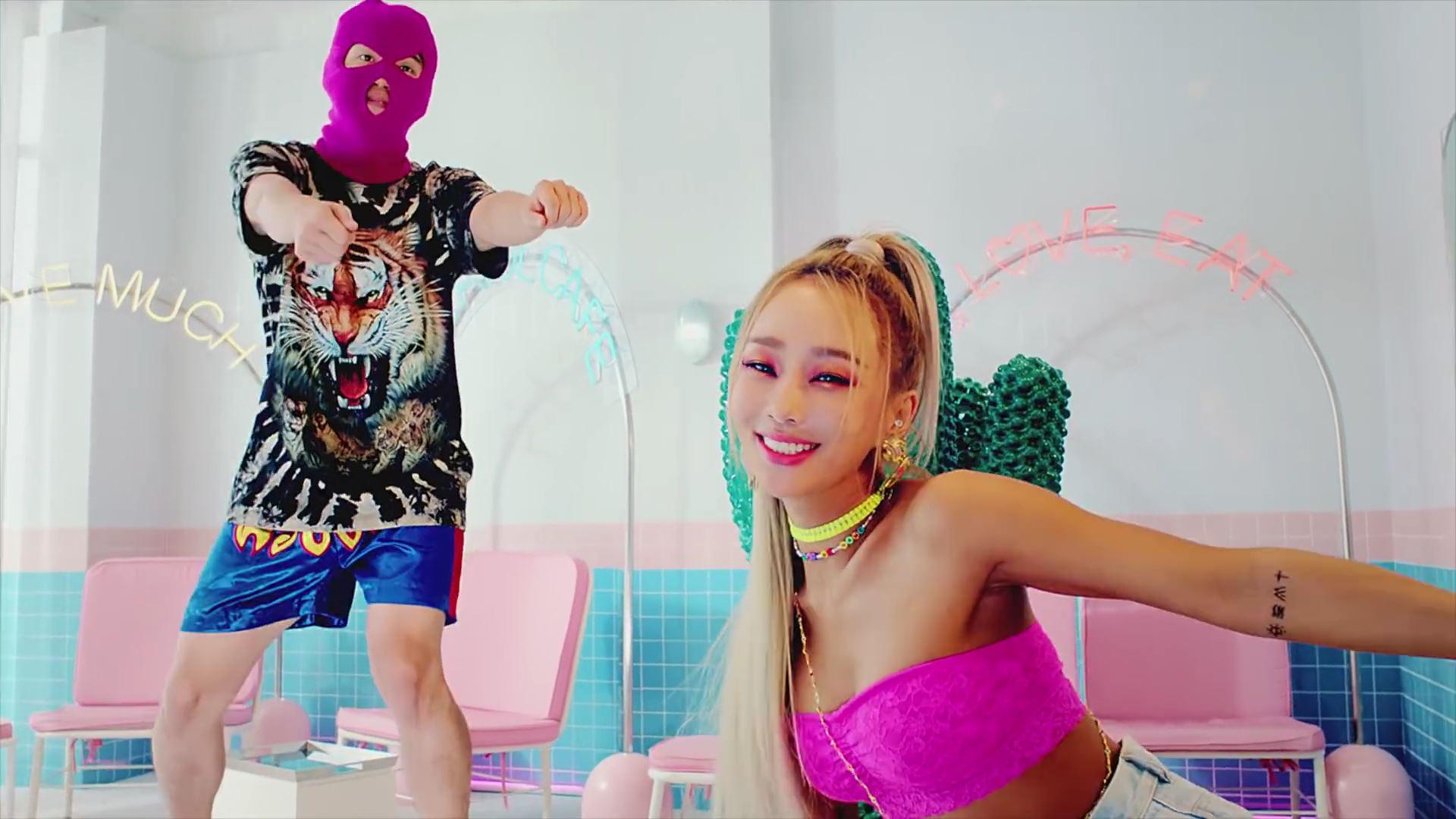 워시엔조이 셀프빨래방에서 촬영된 효린 say my name 뮤직비디오 사진입니다.